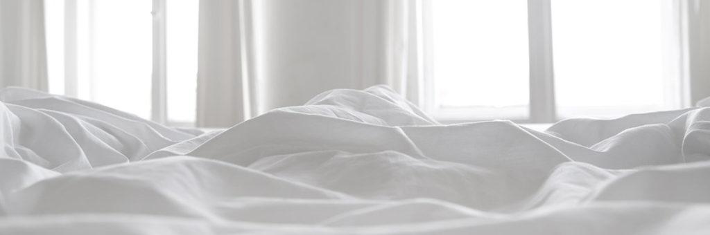 Bettwäsche in hellem Raum