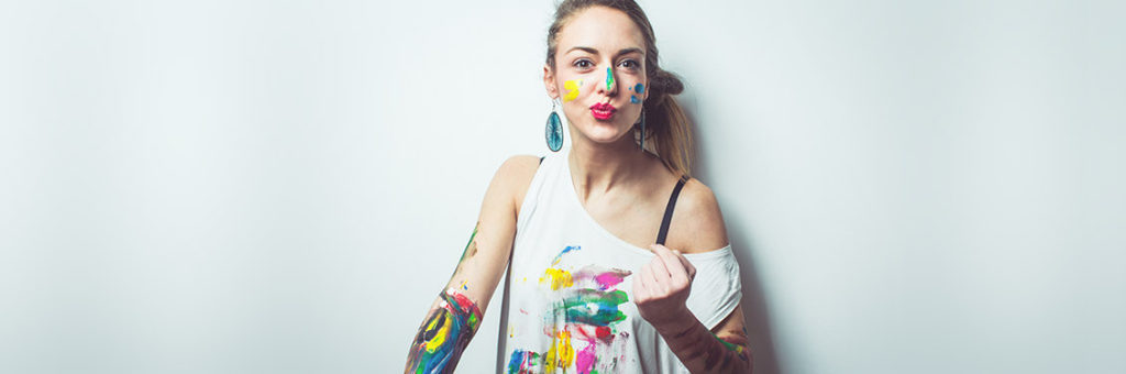 Frau mit Farbklecksen